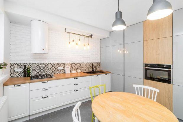 Kuchniaz dodatkiem drewna to ciągle najmodniejsze rozwiązanie w naszych mieszkaniach. Wybraliśmy 12 pięknych pomysłów na kuchnię z polskich domów, którymi naprawdę warto się inspirować!