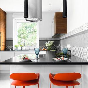 Nowoczesna kuchnia w bieli czerni, ocieplona drewnem. Projekt: MM Architekci. Fot. Jeremiasz Nowak
