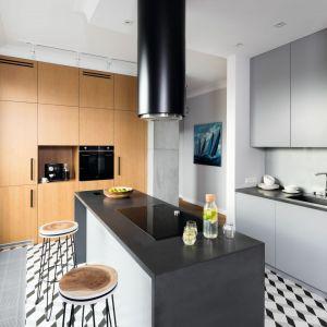 Zastosowane w kuchni drewno świetnie sprawdzi się z dodatkami w najmodniejszych kolorach i nigdy nam się nie znudzi. Projekt: Katarzyna Mikulska-Sękalska. Fot. Bartosz Jarosz