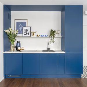 W aneksie kuchennym zastosowano nowoczesną, minimalistyczną zabudowę, która pozwala w pełni wykorzystać potencjał przestrzeni. Projekt: Decoroom. Fot. Pion Poziom