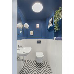 Toaleta jest nowoczesna i dobrze zorganizowana. Projekt: Decoroom. Fot. Pion Poziom