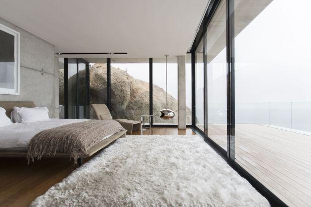 Monumentalne przeszklenia, całoszklane fasady i pełne otwarcie salonu na otaczający dom ogród - to prawdziwy znak rozpoznawczynowoczesnego domu. Gwarancją efektu, od którego nie można oderwać wzroku, są zwłaszcza całkowicie przeszklone drzwi