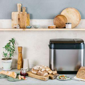 SD-YR2550 to srebrny, w pełni automatyczny wypiekacz do chleba z dozownikiem drożdży oraz rodzynek i orzechów. Fot. Panasonic
