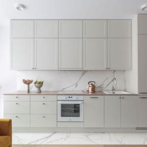 Elegancka kuchnia na jedną ścianę. Projekt Kate&Co. Fot. Pion Poziom