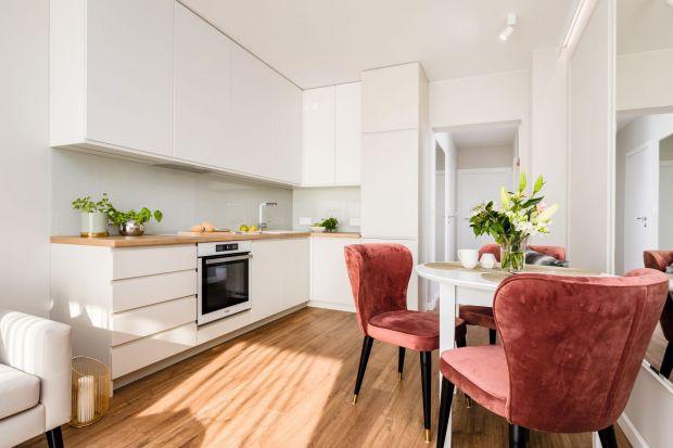 Funkcjonalna kuchnia w bloku wymaga dobrze przemyślanych decyzji, ale i kompromisów. Oprócz wyboru formy zabudowy meblowej, materiałów, czy kolorów, trzeba zwrócić uwagę na wyposażenie.