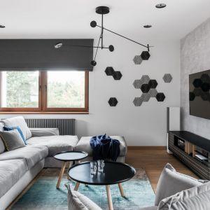 Jasny salon urządzony w szarościach ożywiają niebieskie dodatki. Projekt:Estera i Robert Sosnowscy. Fot. FotoMohito