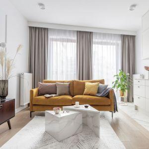 Mała sofa w modnym żółtym kolorze. Projekt Kate&Co. Fot. Pion Poziom