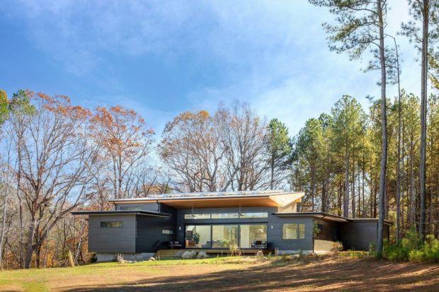 Rezydencja Baboolal znajduje się w Chapel Hill w Stanach Zjednoczonych.Została zaprojektowana dla czteroosobowej rodziny.Dom jestfunkcjonalny, nowoczesny, ekologiczny i jasny. Jego wnętrze, dzięki ogromnym przeszkleniom, idealnie łączy sięz
