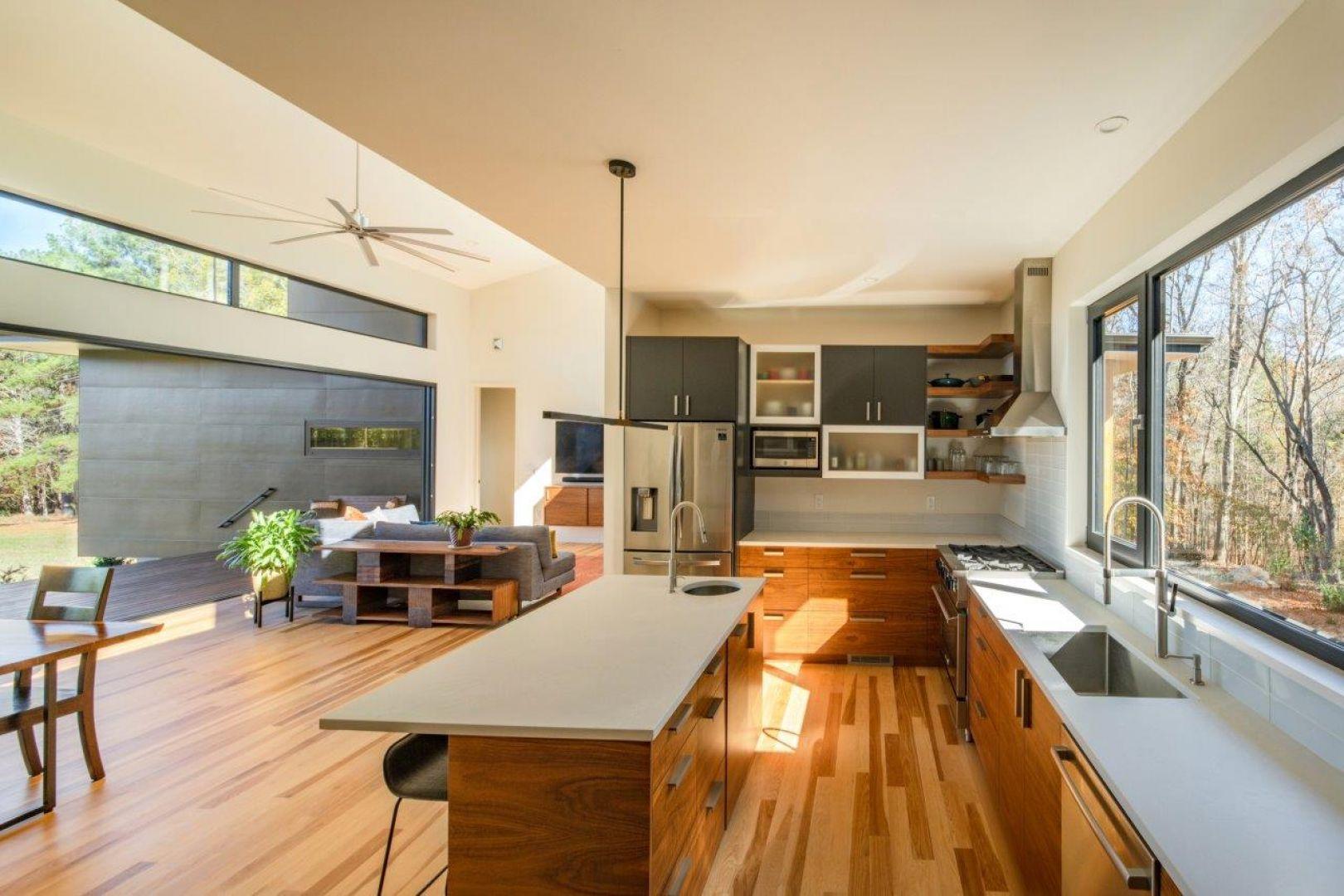 Wnętrze domu wykończone jest drewnem, kamieniem i stalą, co zdecydowanie wpłynęło na sam wygląd inwestycji oraz jej harmonijne połączenie z sąsiedztwem. Fot. Awilux
