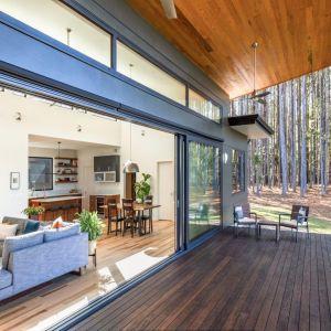 Projektantom udało się stworzyć budynek, który jest idealnie wkomponowany w naturalne otoczenie. Fot. Awilux