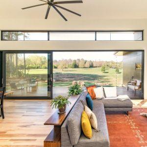 Projekt rezydencji Baboolal opiera się na gigantycznym przeszkleniu. Cała ściana salonu i jadalni została wykonana z drzwi typu HS o powierzchni aż 22 m2. Fot. Awilux