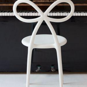 Ribbon Chair - krzesło zaprojektowane przez słynną słoweńską designerkę Nikę Zupanc dla marki Qeeboo. Cena: od 899 zł. Fot. Qeeboo