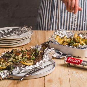 Wygodne tacki i foremki aluminiowe w rozmiarach dopasowanych do wielkości mięsa czy warzyw pozwolą łatwo zabezpieczyć produkty na ruszcie. Fot. Paclan