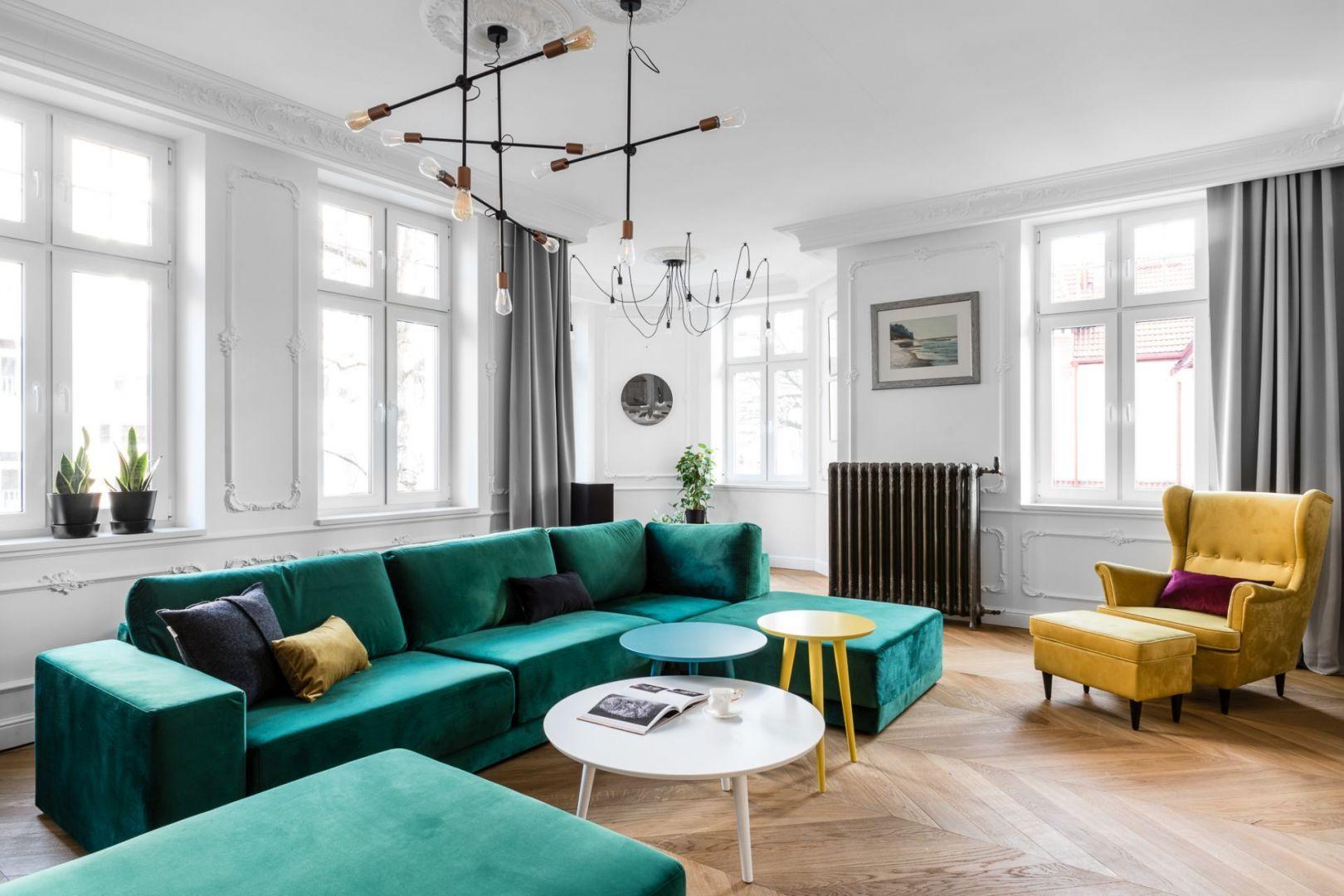 Okrągłe stoliki w salonie. Mają nie tylko różną wielkość, ale także różne kolory. Projekt: Anna Maria Sokołowska. Fot. Fotomohito