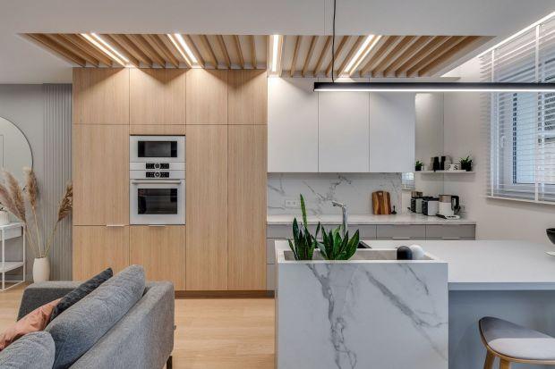 Kuchnia połączona z salonem to bardzo modne rozwiązanie, zwłaszcza w nowoczesnym mieszkaniu. Jak zaaranżować i urządzić taką przestrzeń? Mamy aż 15gotowych pomysłów z polskich wnętrz. Dużo ładnych zdjęć!