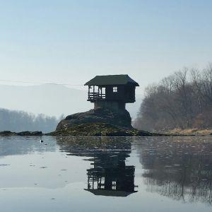 Dom na rzece Drina w Serbii. Fot. Wikimedia/By Rasevic - Own work, CC BY-SA 4.0