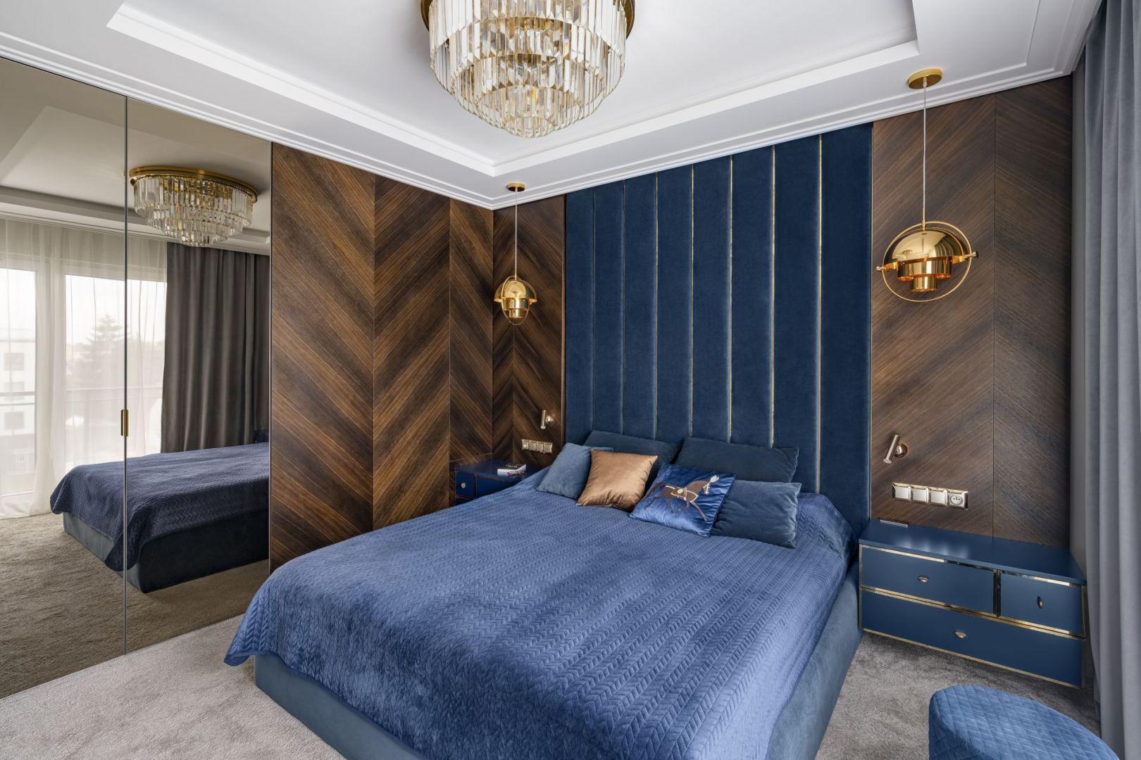 Ściana za łóżkiem w sypialni wykończona jest ozdobnym, grantowym wezgłowiem wykonanym na zamówienie. Projekt: Magdalena Miśkiewicz, Miśkiewicz Design. Fot. Łukasz Zandecki