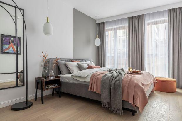 Farba, tapeta, drewno, tapicerowany zagłówek. Zastanawiasz się jak wykończyć ścianę za łóżkiem w sypialni? Mamy dla Ciebie kilka gotowych aranżacji. Zobaczpiękne pomysły na wykończenie ściany za łóżkiem z polskich domów i mieszkań.