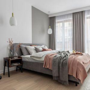 Ściana za łóżkiem w sypialni wykończona została farbą w szarym kolorze w dwóch różnych odcieniach. Projekt: Katarzyna Szostakowska, Kate&Co. Fot. Marta Behling z PionPoziom