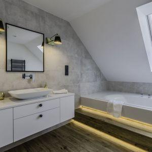 Kwadratowe lustro w czarnej ramie w nowoczesnej łazience. Projekt: Dominika Jurczak, DK architektura wnętrz. Fot. Krzysztof Czapor