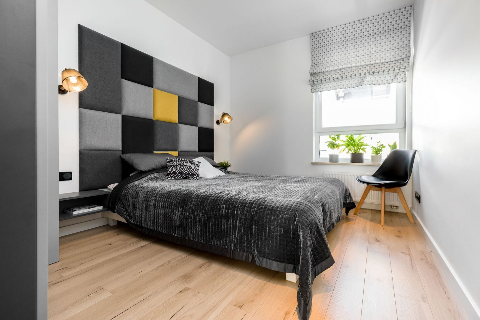 Ściana za łóżkiem w sypialni wykończona jest tapicerowanym zagłówkiem w różnych kolorach. Projekt: Joanna Nawrocka, JN Studio Joanna Nawrocka. Fot. Łukasz Bera