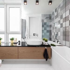 Duże, proste lustro bez ramy w jasnej łazience. Projekt: Joanna Nawrocka, JN Studio Joanna Nawrocka. Fot. Łukasz Bera