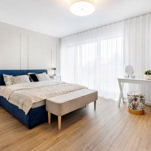 Ściana za łóżkiem w sypialni wykończona jest sztukaterią w jasnym kolorze. Projekt: Joanna Nawrocka, JN Studio Joanna Nawrocka. Fot. Łukasz Bera