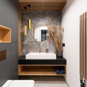 Okrągłe lustro w nowoczesnej łazience. Projekt: Aleksandra Michalak, Dekorian Home. Fot. Łukasz Michalak