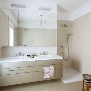 Lustrzane fronty skrywają pojemne półki. To rozwiązanie bardzo praktyczne i przydatne w łazience. Projekt: Małgorzata Bacik, MM Architekci x Dekorian Home. Fot. Yassen Hristov
