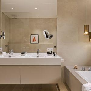 Duże, proste lustro naklejona na ścianę optycznie powiększa łazienkę. Projekt: Katarzyna Kraszewska Architektura Wnętrz.  Fot. Tom Kurek