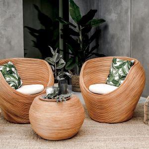 Zestaw mebli Monnarita Tegal składa się z wygodnej sofy dwuosobowej, stolika o oryginalnym kształcie i dwóch foteli. Fot. Monnarita