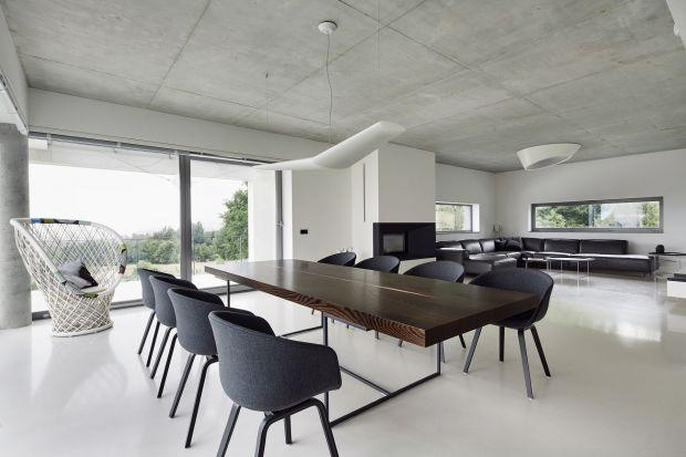 """Ten dom został zaprojektowany w myśl zasady """"mniej znaczy więcej"""". Minimalistyczne wnętrze jest proste i chłodne, pozbawione zbędnych elementów. Rolę dekoracji pełni tu krajobraz za oknami."""