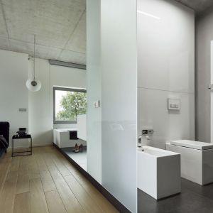 Rolę dekoracji w tej przestrzeni odgrywa grzejnik Vasco Niva, wyglądający niczym nowoczesna rzeźba. Fot. Bartłomiej Senkowski, Bartosz Kardaś