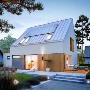 Wizytówką domu są optymalnie rozplanowane przeszklenia, dzięki którym do środka swobodnie wpada naturalne światło, a mieszkańcy mogą cieszyć się bliskością ogrodu i efektem otwartej, pogodnej przestrzeni. Projekt: pracownia Archipelag