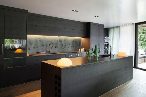 Ściana nad blatem wymaga specjalnej oprawy. Tapety niczym dzieła sztuki z pewnością przyciągną uwagę, dodając przy tym kuchni salonowej elegancji.