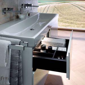 Elegancka, kompaktowa umywalka asymetryczna o rozmiarach 40x28 cm  z kolekcji Geberit Xeno² . Fot. Geberit