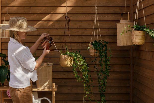 Jak skutecznie i efektowanie zabezpieczyć drewniane meble ogrodowe oraz inne drewniane elementy wokół domu? Wybierz odpowiedniąlakierobejcęimpregnującą. Pozwoli onazachować piękno i podkreślić strukturę drewna, a jednocześnie zapewnić