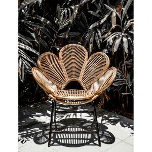 Fotel rattanowy Monnarita Kwiat zachwyca kunsztownie wyplecionym siedziskiem. To idealna propozycja na fantazyjną aranżację balkonu czy patio. Fot. Monnarita