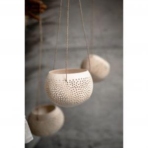 Kokosowy lampion Monnarita, wykonany z łupiny orzecha kokosa, pochodzącego z recyklingu, który przykuwa uwagę swoim oryginalnym designem i naturalnym, kojącym odcieniem. Fot. Monnarita