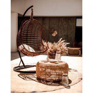 Fotel Hugo oraz stolik kawowy Monnarita Fito. Fantazyjnie pleciony rattan, dający wrażenie ażurowej konstrukcji sprawia, że stolik wyróżnia design, wpisujący się w wiosenno-letni klimat. Fot. Monnarita
