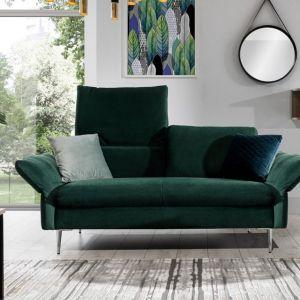 Sofa w salonie z kolekcji Vino w zielonym kolorze. Dostępna w ofercie firmy Stagra Meble. Fot. Stagra Meble
