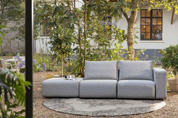 Piękna strefa wypoczynku na tarasie czy w ogrodzie, która dorównuje aranżacji nowoczesnego salonu, to w tym sezonie bardzo modny trend. Jak ją urządzić? Sięgnij po świetne pomysły i produktprojektantów holenderskich marek.