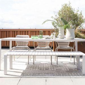 Outdoorowe, aluminiowe meble jadalniane Volden. Ta kultowa kolekcja krzeseł, foteli, dużych stołów i ławek marki Zuiver, zaprojektowana przez studio APE z Amsterdamu. Fot. Dutchhouse.pl