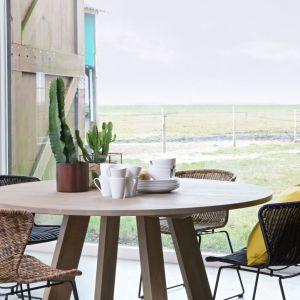 Do wnętrz, jak i na zewnątrz nadają się designerskie krzesła Wisp od Be Pure. Zostały wykonane z technorattanu i czarnego metalu. Fot. Dutchhouse.pl