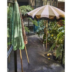W ogrodzie i na tarasie przydadzą się też parasole przeciwsłoneczne. Można je znaleźć w ofercie HKliving. To kolekcja vintage w wyraziste wzory. Fot. Dutchhouse.pl