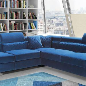Narożnik w salonie z kolekcji Mentorn w niebieskim kolorze. Dostępny w ofercie firmy Caya Design. Fot. Caya Design