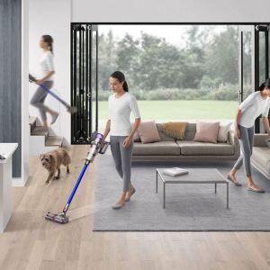 Regularne odkurzanie przez cały rok jest ważne dla utrzymania czystości w domu, a czas wiosennych porządków to doskonała okazja, by pozbyć się widocznego i niewidocznego kurzu z najróżniejszych zakamarków, o których często zapominamy podczas codziennego sprzątania. Fot. Dyson