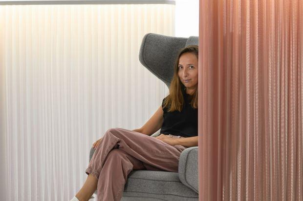 Projektantka Maja Ganszyniec stworzyła innowacyjną kolekcję lamp akustycznych dla marki Mute, producenta rozwiązań akustycznych do przestrzeni użytkowych.