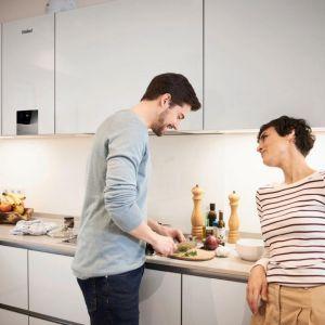 W małym domu lub mieszkaniu odpowiednim rozwiązaniem będzie zastosowanie kondensacyjnego kotła dwufunkcyjnego. Na zdjęciu: wiszący kocioł kondensacyjny, dwufunkcyjny ecoTEC Exclusive. Fot. Vaillant