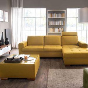 Narożnik w salonie z kolekcji Taboo w żółtym kolorze. Dostępny w ofercie firmy Wajnert Meble. Fot. Wajnert Meble